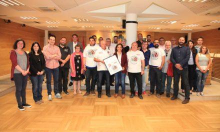 Los '8 de Airbus' entregan una camiseta conmemorativa al Ayuntamiento y muestran su apoyo a los '2 de Lealtad'