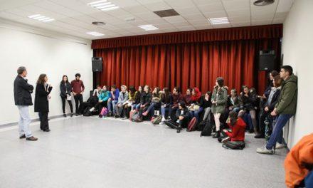 Alumnos del IES Antonio López exponen los carteles que han diseñado para la campaña 'Apadrinamiento lector'