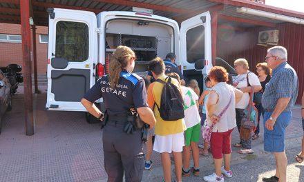 La Policía Local de Getafe participa en el Campamento de Mayores con sus nietos y nietas