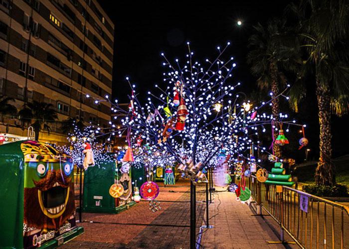 'El Bosque del Reciclaje' ilumina la plaza de España