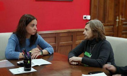 La alcaldesa se reúne con la autora ganadora del concurso de relatos para personas mayores