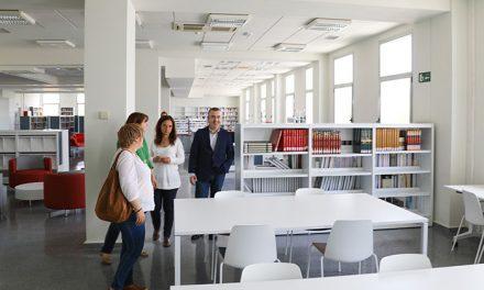 El escritor Lorenzo Silva visita la Biblioteca de Getafe Norte que llevará su nombre
