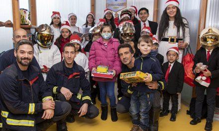 Los bomberos de la Comunidad de Madrid visitan a los niños ingresados en el Hospital Universitario de Getafe